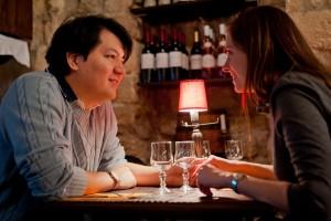 Paris-Photographer-in-romantic-restaurant-Ile-de-la-Cite