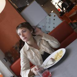 woman-eating-alone-restaurant-96649490