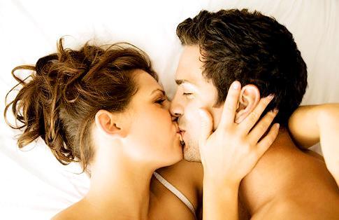 http://www.insidershealth.com/app/webroot/js/tiny_mce/plugins/imagemanager/files/kissing_couple_in_bed.jpg